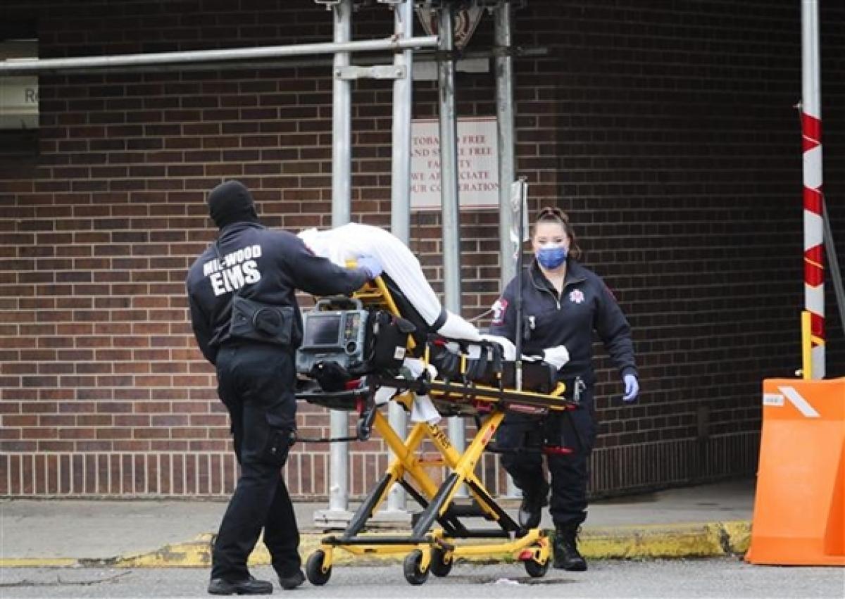 Nhân viên y tế chuyển bệnh nhân Covid-19 tới bệnh viện ở New York, Mỹ, ngày 11/5/2020. Ảnh: THX.