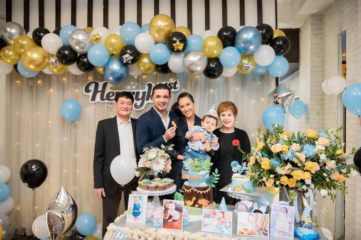 Vợ chồng người đẹp đưa bé Henryk ra Hà Nội đoàn tụ với ông bà ngoại, họ hàng và nhiều bạn bè thân thiết.
