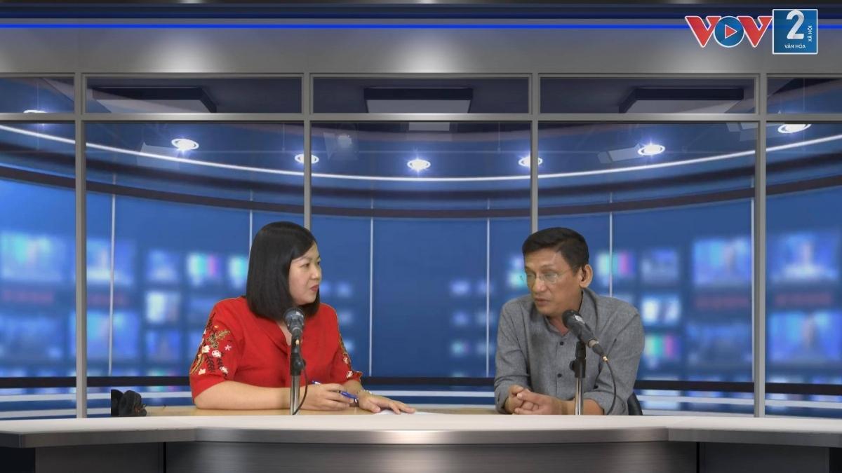 Ông Trần Ban Hùng trao đổi với Biên tập viên VOV2 tại phòng thu của Đài Tiếng nói Việt Nam.