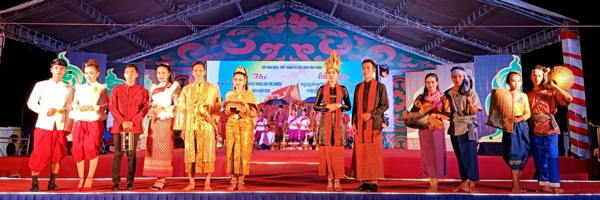 Trang phục truyền thống đồng bào Khmer./.