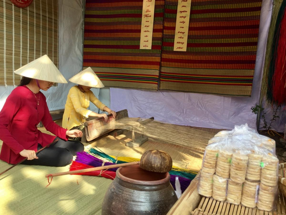Đến Ngày hội di sản văn hóa Đà Nẵng, công chúng được thấy cách dệt ra tấm chiếu nhiều màu sắc.