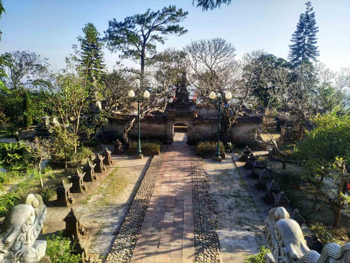 Những vườn tháp cổ trong khuôn viên Huệ Quang Kim Tháp - trái tim của non thiêng Yên Tử rêu phong dưới nắng vàng.