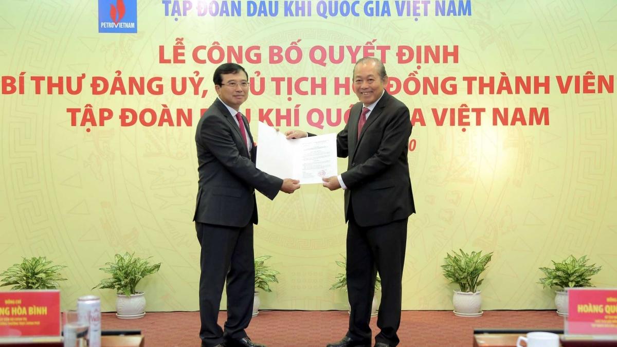 Phó Thủ tướng Thường trực Chính phủ Trương Hoà Bình trao Quyết định bổ nhiệm Chủ tịch HĐTV Petrovietnam cho ông Hoàng Quốc Vượng.