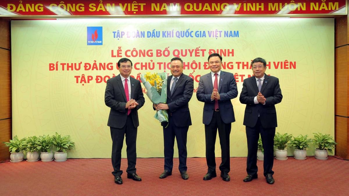 Ông Hoàng Quốc Vượng và Lãnh đạo Tập đoàn tặng hoa tri ân ông Trần Sỹ Thanh.