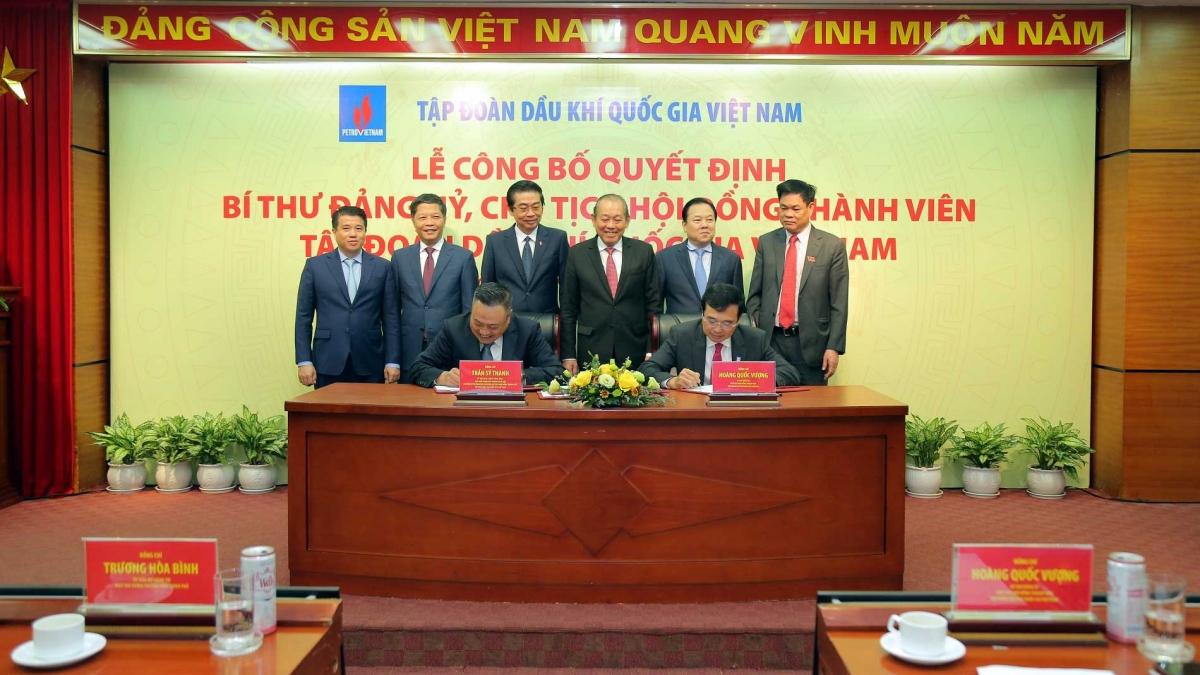 Phó Thủ tướng Thường trực Trương Hoà Bình và các đồng chí lãnh đạo Đảng, Nhà nước chứng kiến lễ ký bàn giao nhiệm vụ.