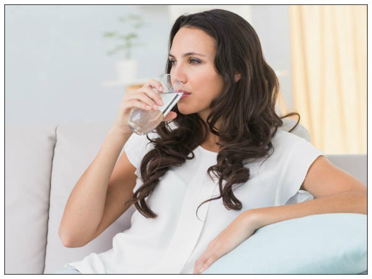 Không uống đủ nước: Cơ thể ta mất nước chủ yếu qua bài tiết và tiêu hóa. Vào mùa đông, cơ thể ít đổ mồ hôi hơn, do đó nhiều người có xu hướng uống ít nước hơn. Đây là một sai lầm tai hại, vì thiếu nước có thể gây táo bón, khó tiêu và các bệnh về thận.
