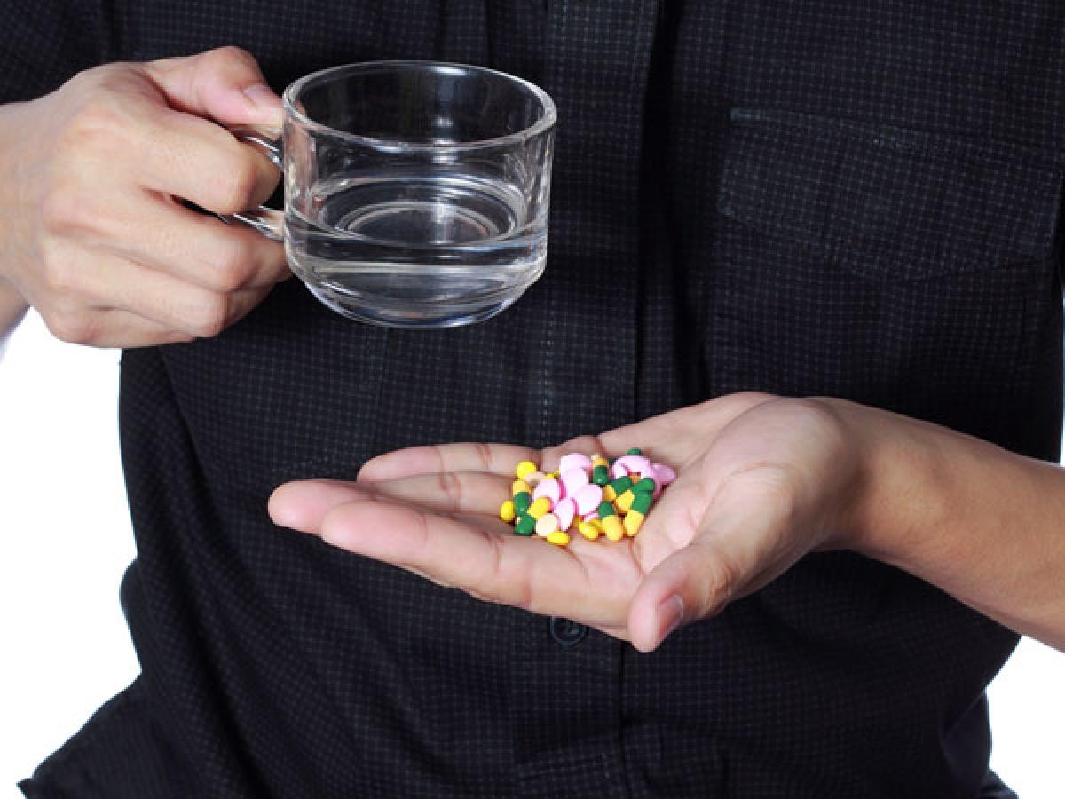 Tự ý sử dụng dược phẩm: Bị ốm là chuyện phổ biến vào mùa đông, nhưng việc tự uống thuốc mà không có chỉ dẫn, đặc biệt là thuốc kháng sinh, có thể gây hậu quả khôn lường. Tốt nhất là bạn nên đến gặp bác sĩ để được tư vấn trực tiếp.