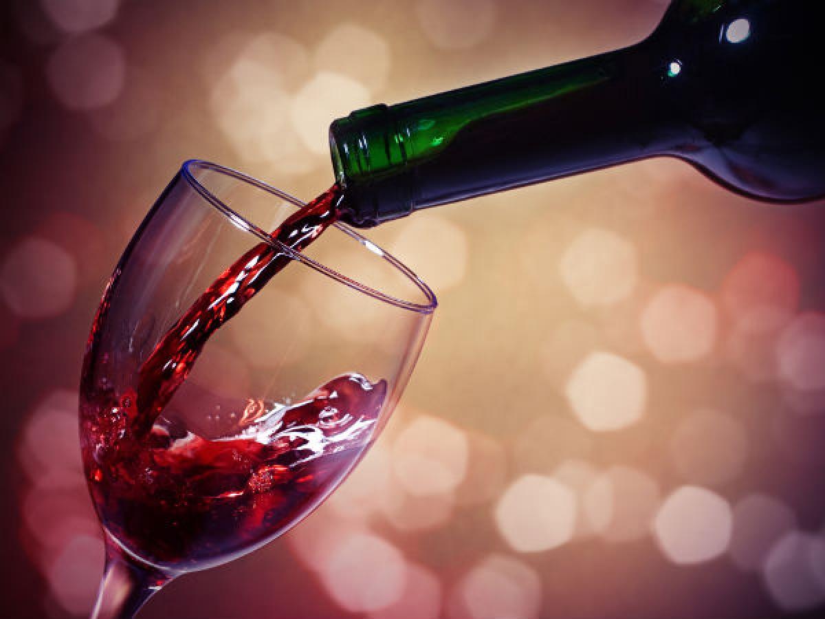 Uống quá nhiều rượu bia: Chuyên gia cho hay một lượng nhỏ các loại rượu như rượu rum hay whisky có thể giúp làm ấm cơ thể vào mùa đông. Tuy nhiên uống quá nhiều rượu bia có thể dẫn đến các vấn đề về gan, thận và hệ miễn dịch.