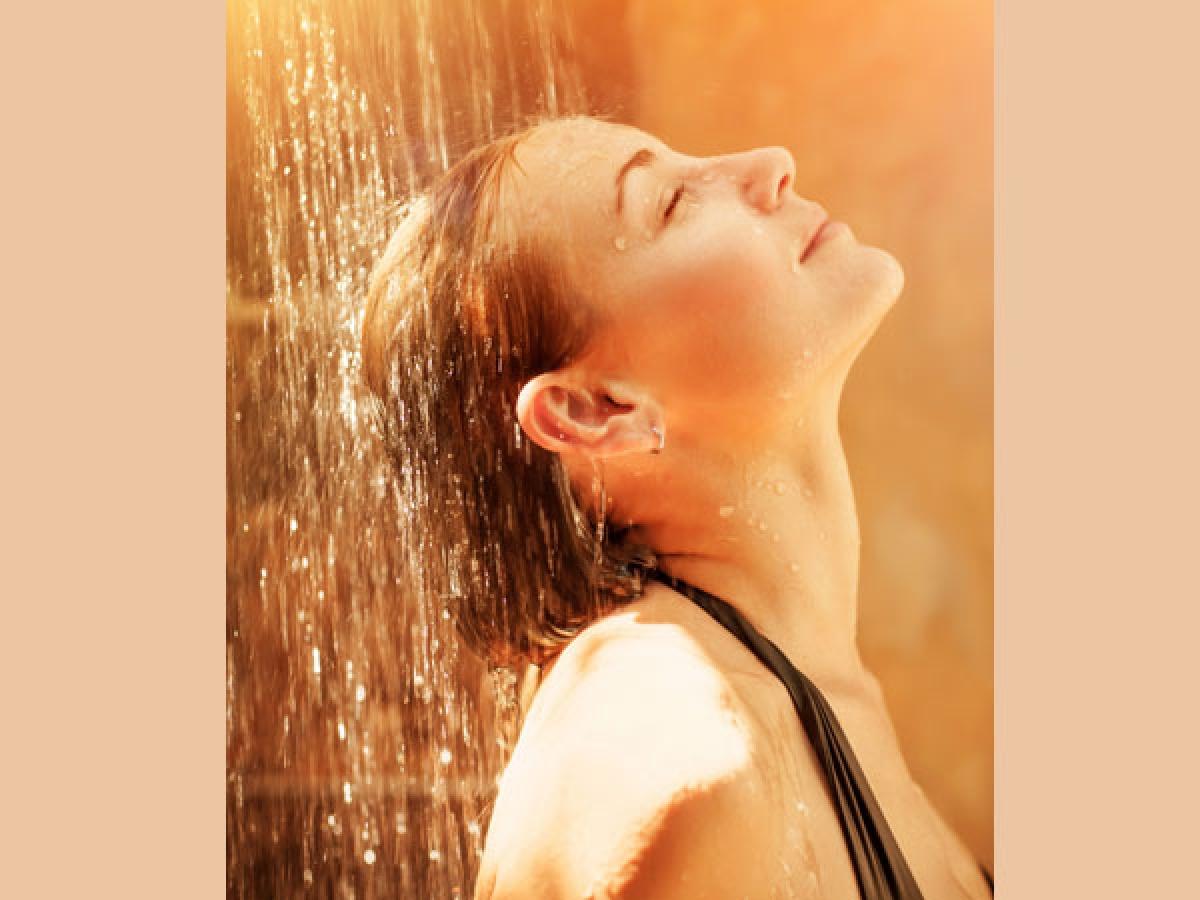 Tắm lâu với nước nóng: Tắm nước nóng vào mùa đông giúp làm dịu cả thể chất và tinh thần. Tuy nhiên, tắm nước nóng quá lâu có thể làm khô da, phá hủy các tế bào keratin ở lớp da trên cùng, gây viêm da, khô da và mẩn đỏ.