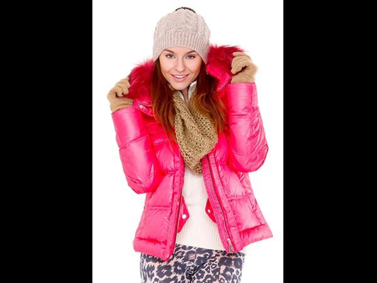 Mặc quá nhiều quần áo: Việc giữ ấm cơ thể là vô cùng quan trọng vào mùa đông, tuy nhiên mặc quá nhiều lớp quần áo có thể khiến bạn thấy nóng bức và đổ mồ hôi, dẫn đến mất nước cơ thể.