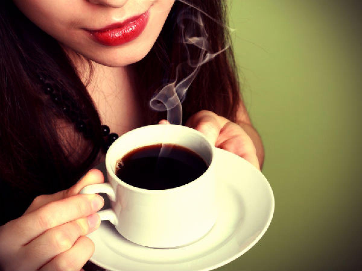 Uống quá nhiều cà phê: Một tách cà phê nóng giữa trời đông lạnh giá nghe thật là hấp dẫn, nhưng nếu uống quá nhiều cà phê, lượng caffeine hấp thụ vào cơ thể có thể gây tác dụng phụ không mong muốn. Hãy chỉ uống tối đa 3 tách cà phê mỗi ngày.