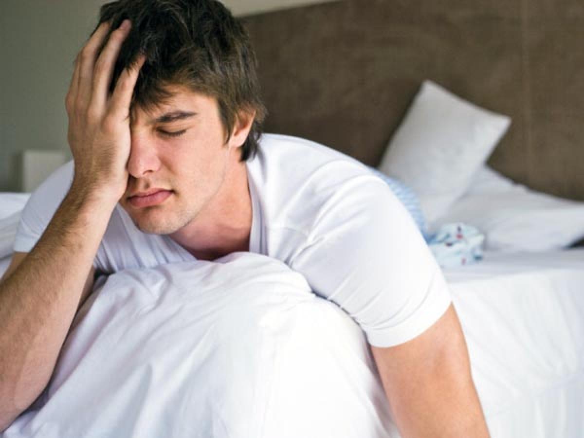 Ngủ nướng: Vào mùa đông, đêm trở nên dài hơn và ngày ngắn hơn. Điều này làm rối loạn tuần hoàn sinh học, khiến cơ thể sản sinh nhiều hormone ngủ melatonin hơn, làm ta thấy uể oải và buồn ngủ. Hãy cố gắng chống chọi với cảm giác buồn ngủ để duy trì thói quen ngủ nghỉ hợp lý.