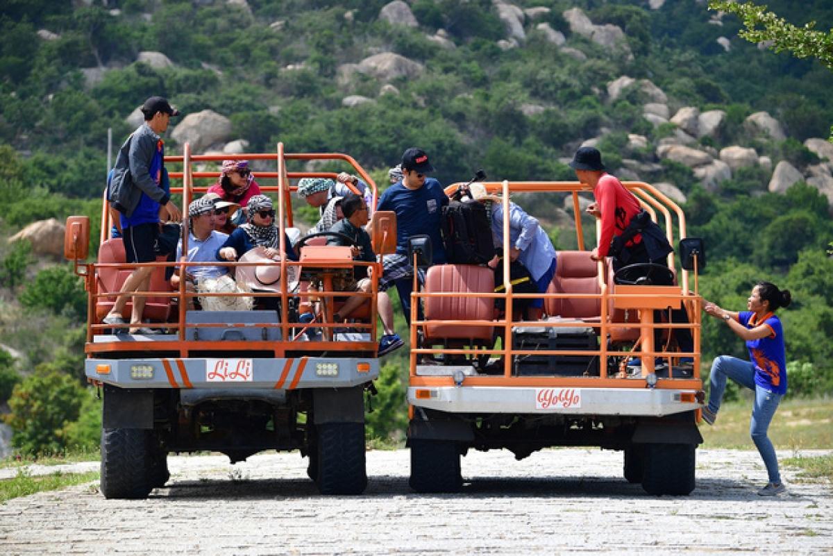 """Tại Mũi Dinh, trong khu du lịch Tanyoli, xã Phước Dinh, huyện Thuận Nam (Ninh Thuận) có dịch vụ chở khách độc đáo khác, đó là dùng xe tải chuyên dụng. Người dân nơi đây gọi là """"bọ hung trên cát"""" bởi xe này rất khỏe, dùng để chở khoảng 15-20 người cùng lúc. Tuy nhiên mức độ an toàn thì chưa được kiểm tra."""