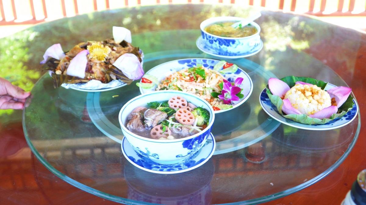"""Có thể nói, du khách khi tới Ninh Bình không chỉ """"đã mắt"""", thoải mái ảnh sống ảo đem về mà giờ còn có thể đắm chìm trong những hương vị ẩm thực đậm chất Việt./."""