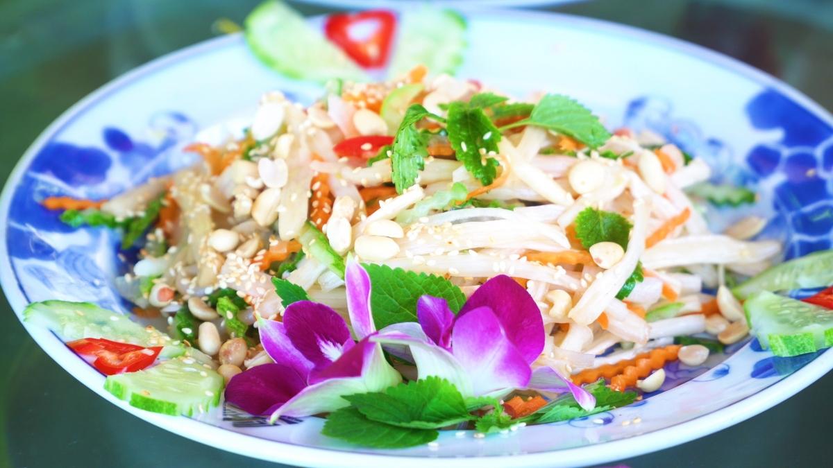 Từ gà hấp lá sen, xôi sen, nộm ngó sen, canh củ sen với sườn... đem tới một hương vị ẩm thực tinh túy, đậm chất Việt.