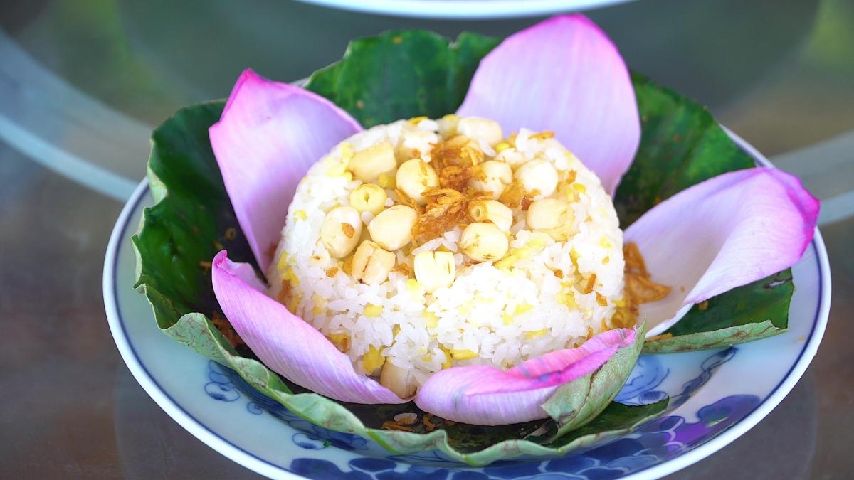 Không chỉ trà sen, những món ăn từ sen tươi vào mùa thu cũng đang gây sốt dân mạng.