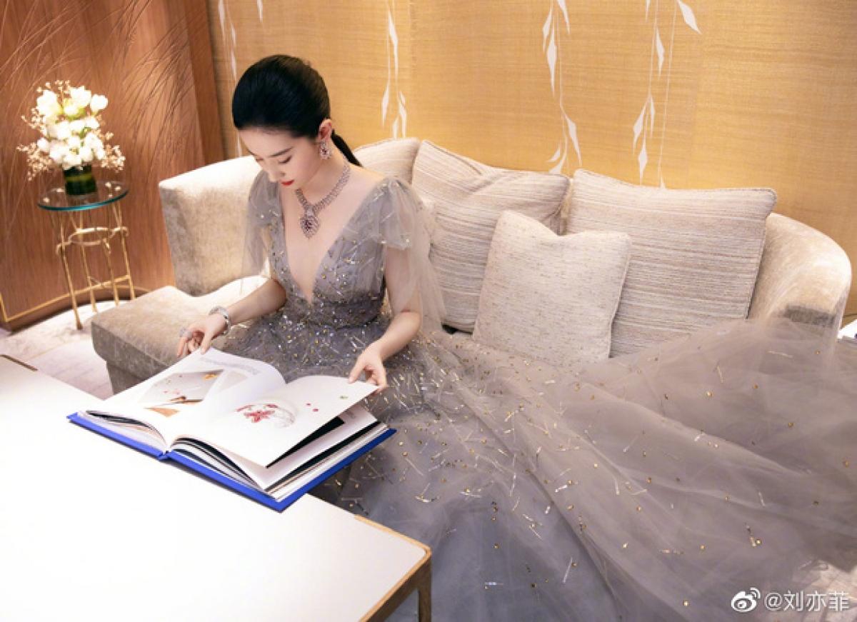 Đặc biệt, người đẹp còn diện trang sức của thương hiệu Chau_met có giá 16,46 triệu Nhân dân tệ (khoảng 58,1 tỷ VNĐ).