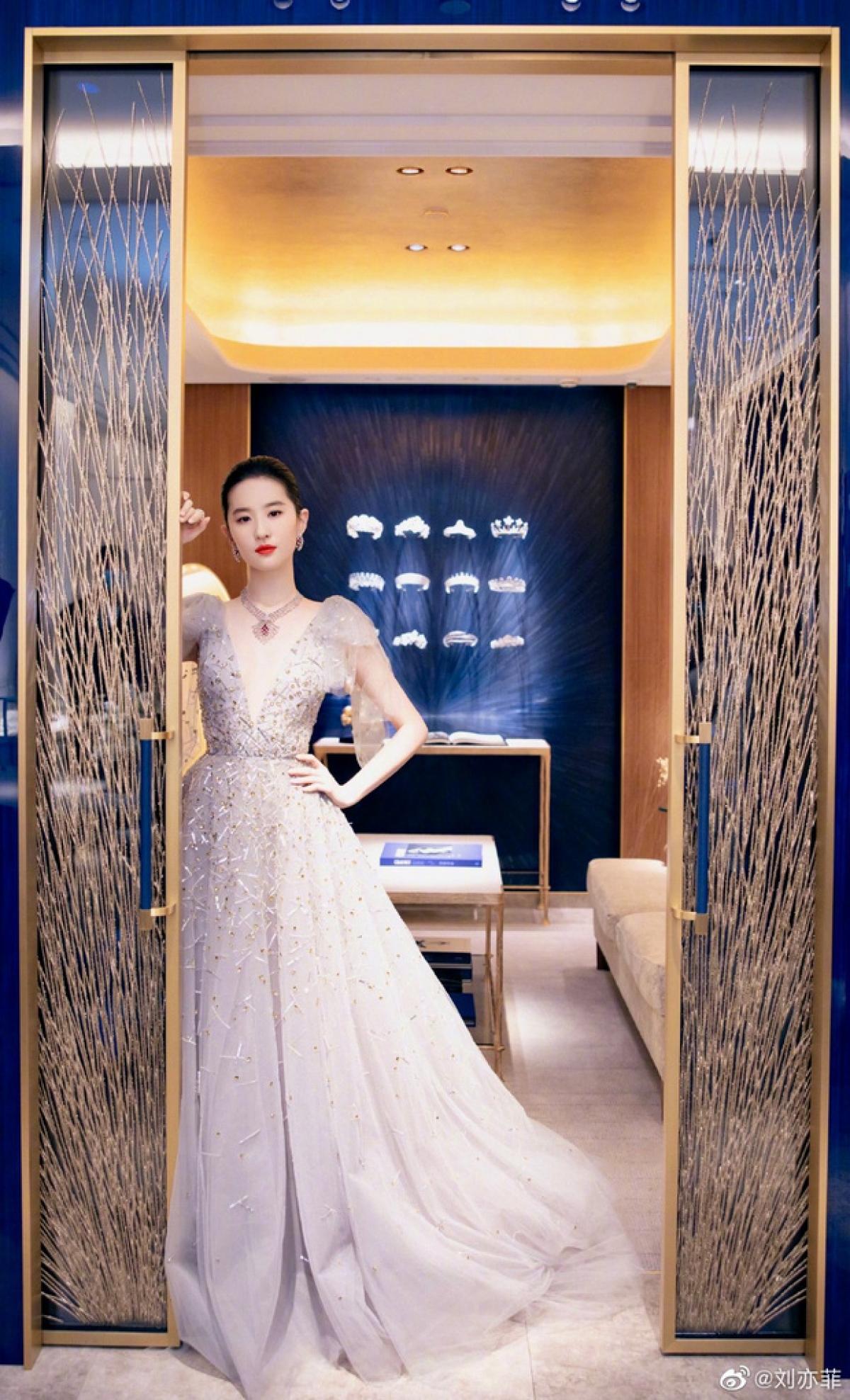 Công chúng khen ngợi mỹ nhân sinh năm 1987tựa như nàng công chúa bước ra từ truyện cổ tích.