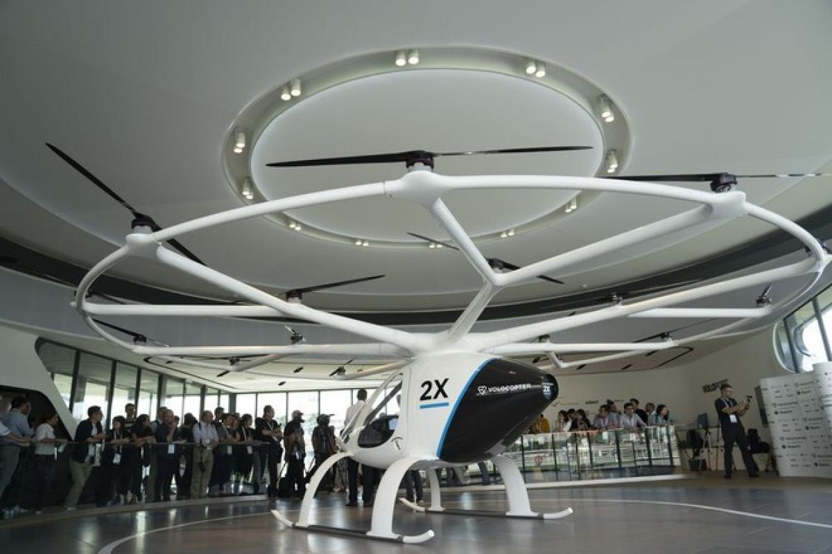 Mẫu taxi có tên gọi là 'volocopter' - một loại trực thăng nhiều cánh quạt - Ảnh: Bloomberg