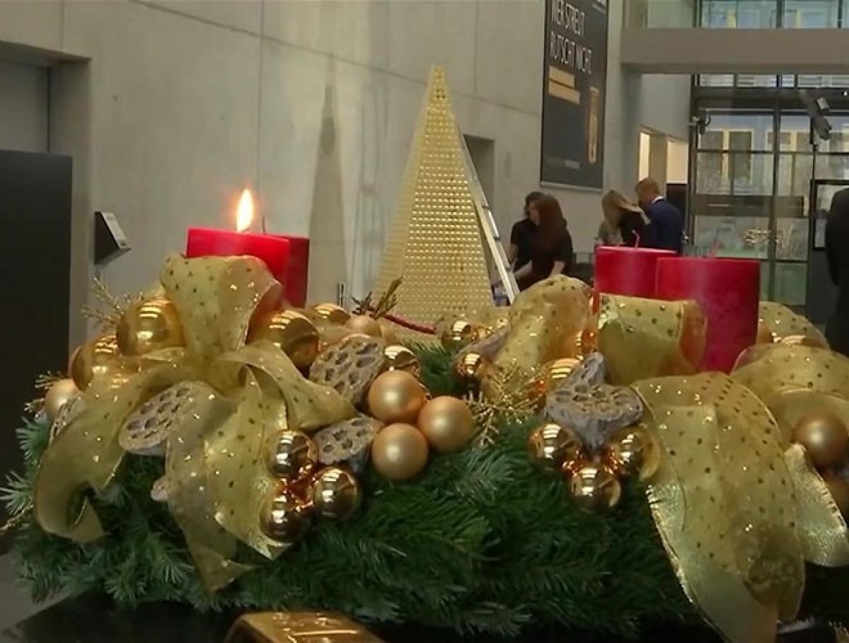 Các đồng xu vàng được đặt trên một kim tự tháp tạo thành cây thông Noel lấp lánh vàng.