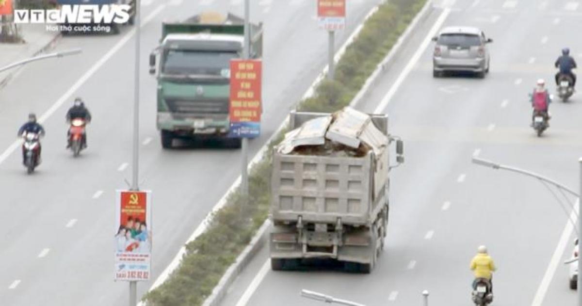 Ngày 25/12, đại diện Phòng CSGT Đường bộ - Đường sắt (Công an TP Hải Phòng) cho biết, từ đầu năm đến nay, lực lượng CSGT đã xử lý 71 trường hợp quá tải trọng, với số tiền phạt trên 1,3 tỷ đồng, 67 trường hợp không che phủ bạt để cát đá rơi vãi.