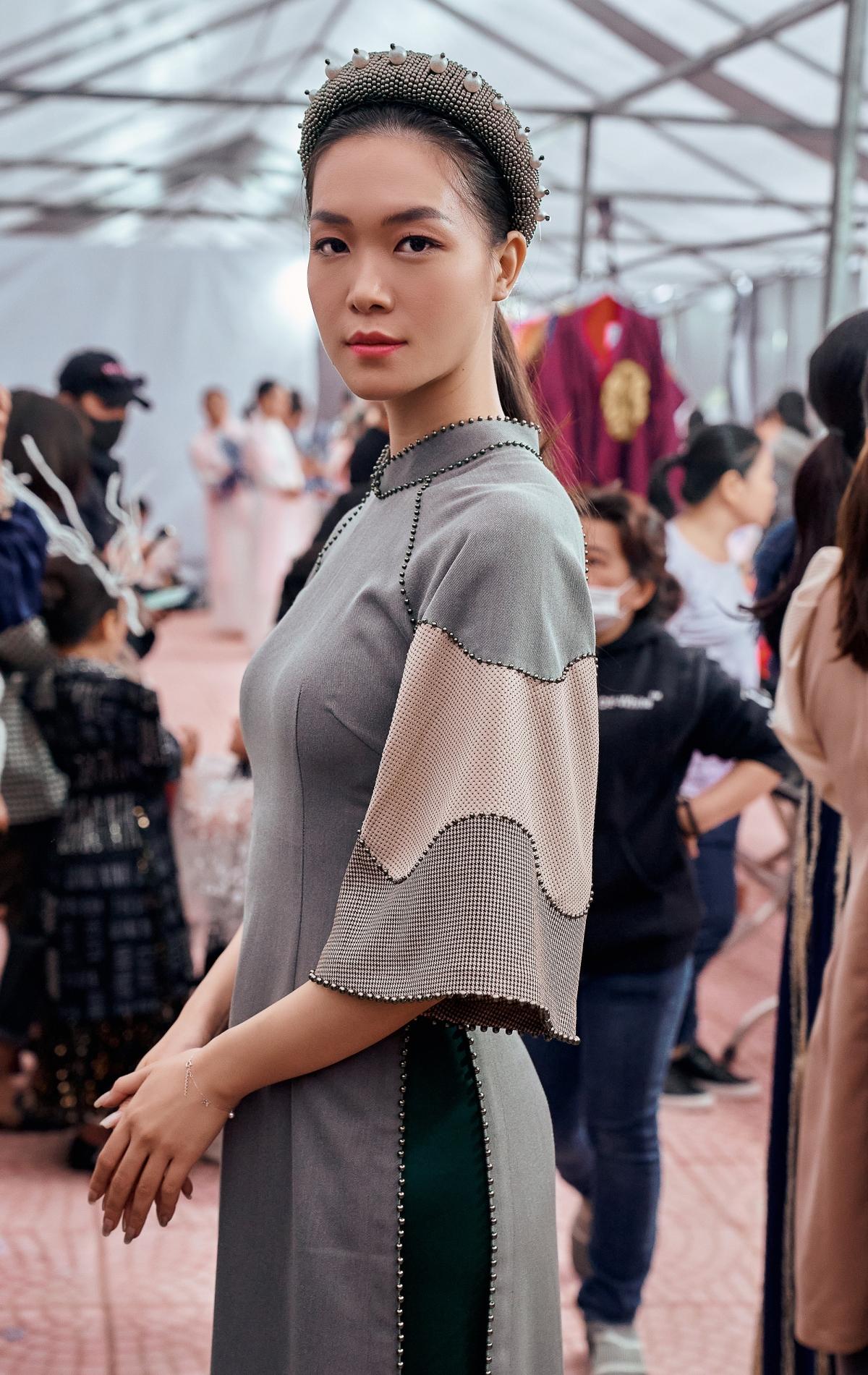 Đây là lần hiếm hoi Hoa hậu tham dự trình diễn thời trang. Côhiện đang định cư tại Mỹ nhưng thỉnh thoảng vẫn trở về Việt Nam.