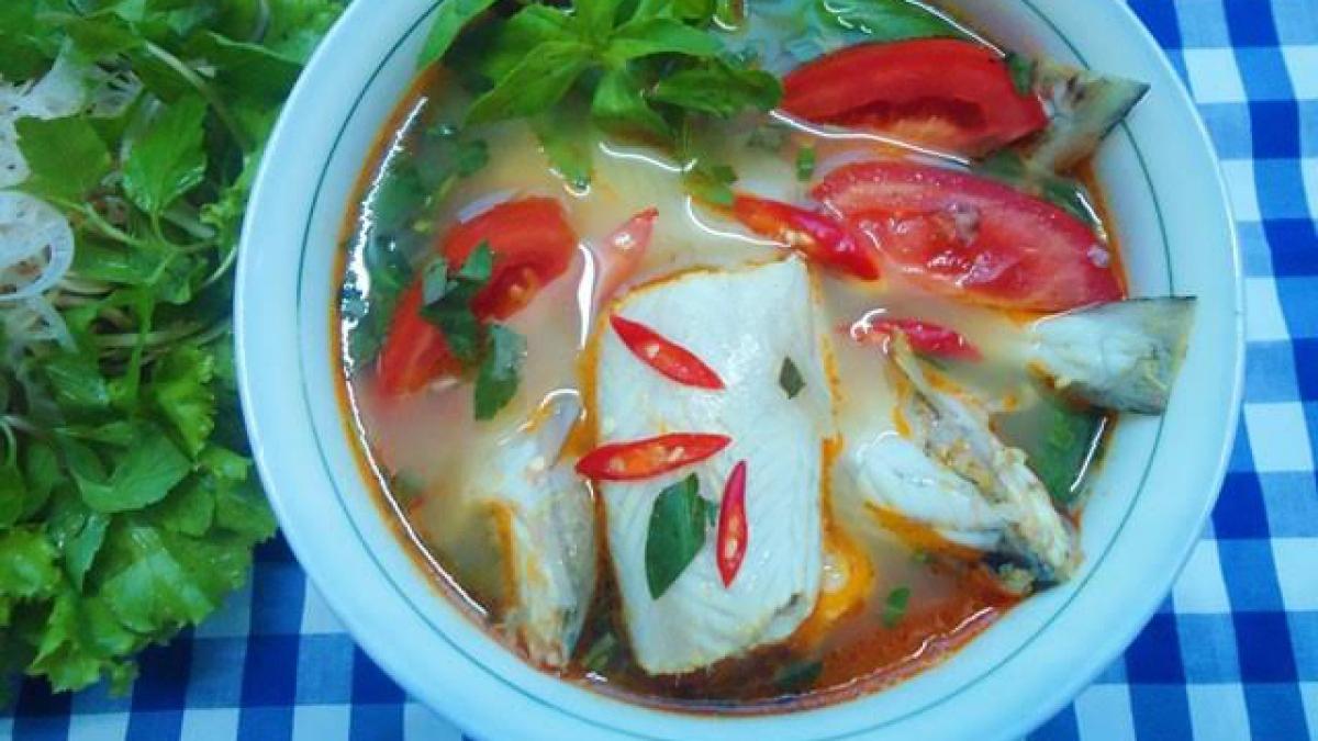 Cá cháo thưởng thức ngon hơn với cách nấu lẩu hoặc kho cùng với các loại rau ăn kèm đặc trưng như: hành tăm, cải cay, kiệu, cải cúc... (Ảnh: KT)