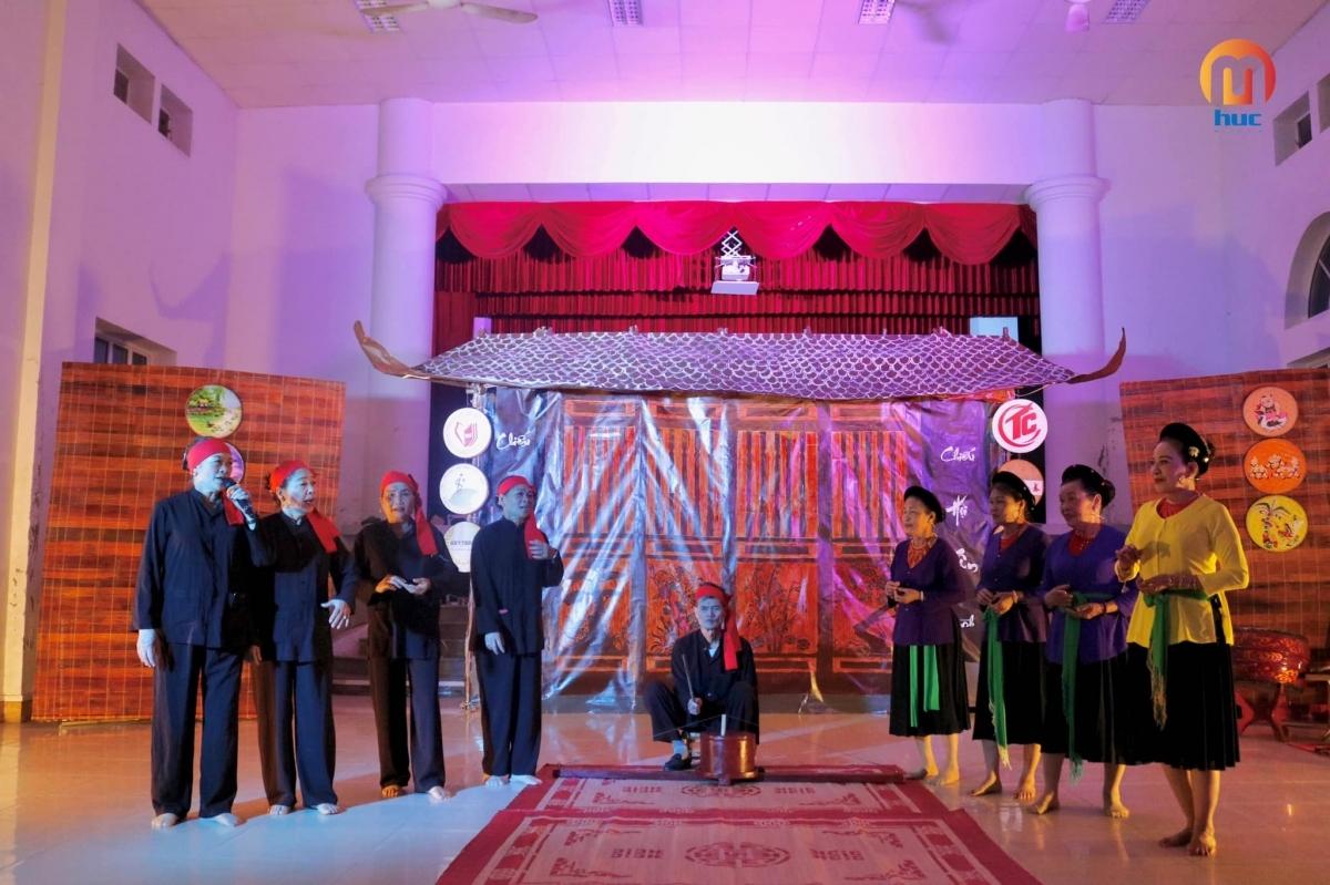 """Thông qua không gian """"4 chiều"""" của sân khấu, khán giả như được trở về ký ức tuổi thơ dưới mái đình làng."""