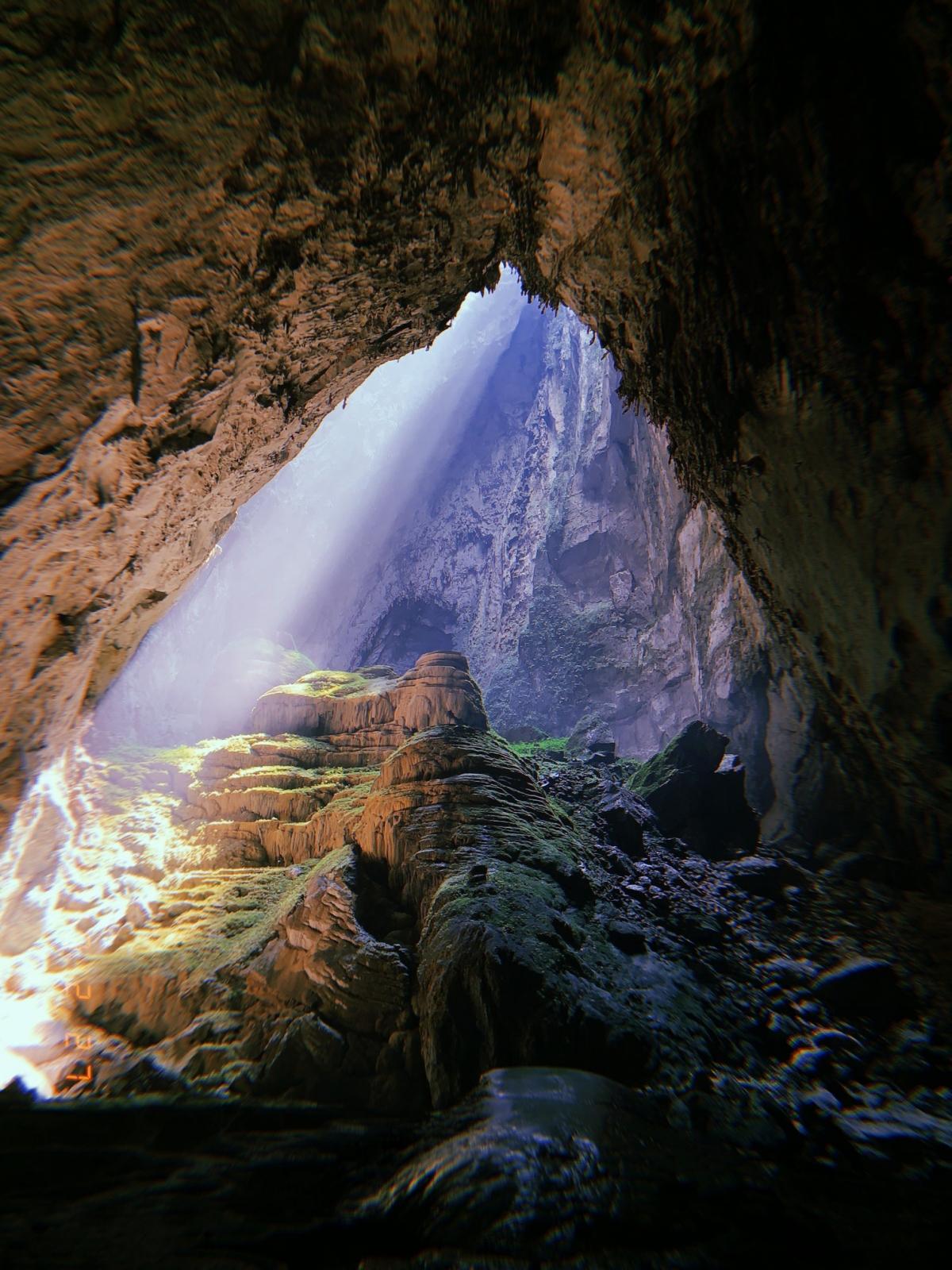 Ánh sáng xuyên vào khu vực hố sụt 2 nổi tiếng trong hang Sơn Đoòng.Nguồn:Oxalis Adventures