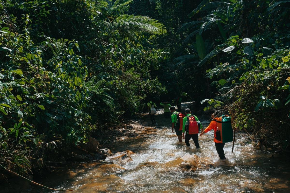 Du khách sẽ phải lội qua nhiều con suối. Mực nước của suối sẽ khác nhau theo từng mùa.Nguồn:Oxalis Adventures