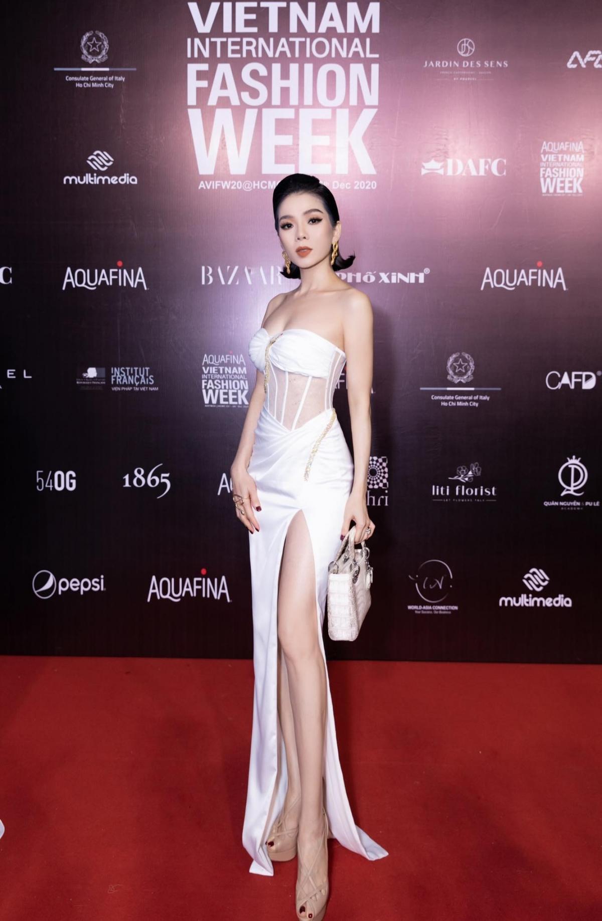 Khi đi sự tiệc, cô chuộng trang phục khoe tối đa chân dài.