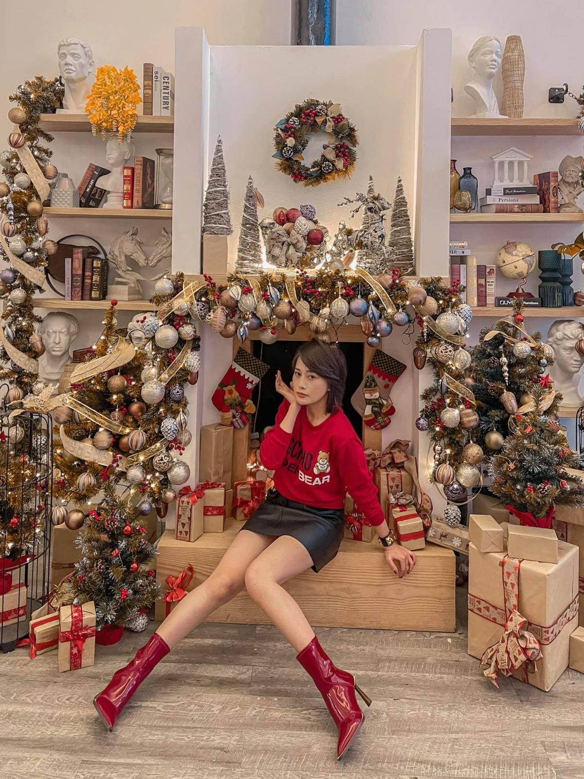 Phương Oanh đã cắt tóc ngắn. Cô nhận được lời khen xinh đẹp, trẻ trung. Người đẹp diện áo đỏ, giày đỏ đúng khong khí Noel./.