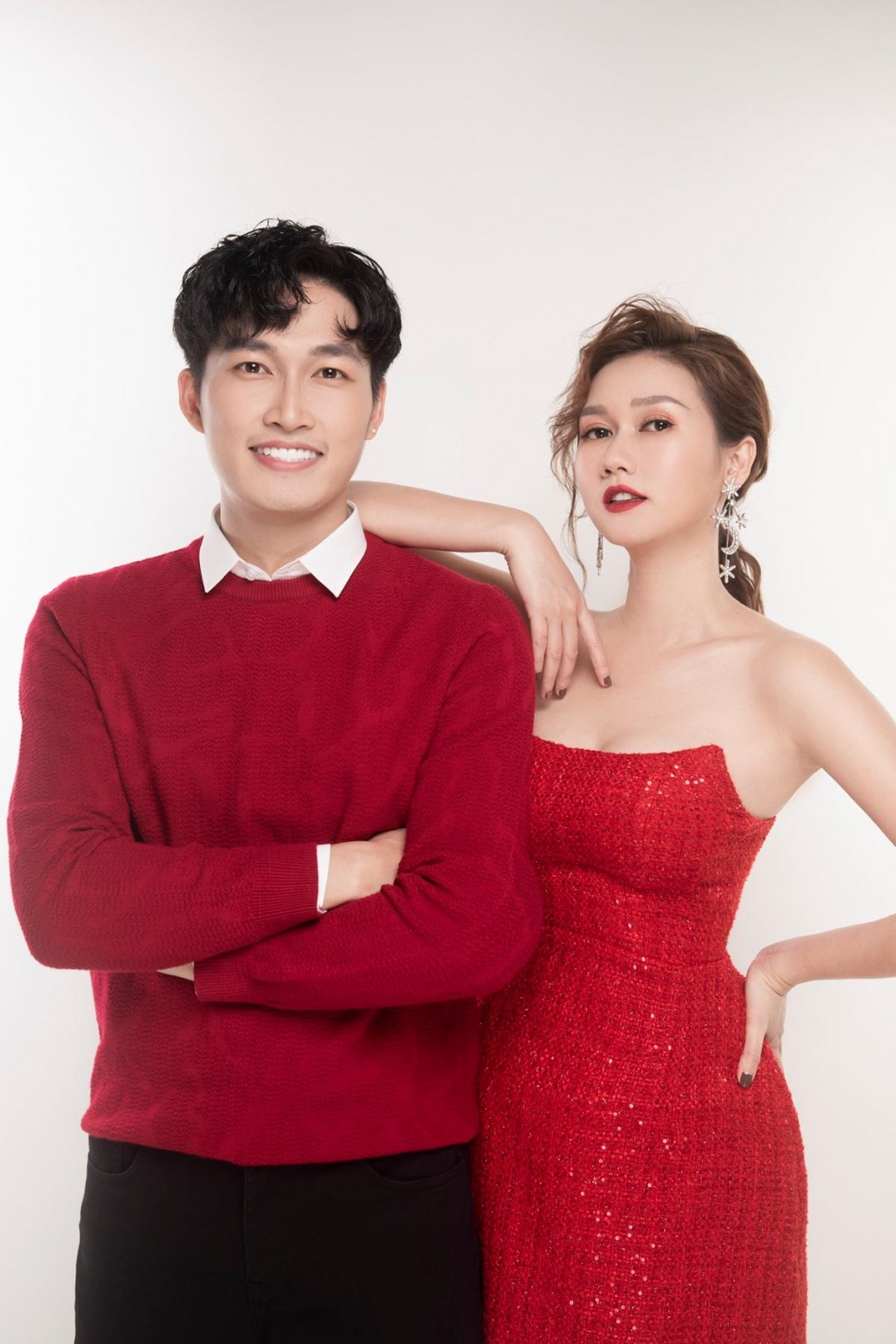 Đình Tú và Hương Giang-cặp đôi vàng của làng phim truyền hình Việt cùng diện đồ đỏ, tình tứ bên nhau đón Giáng sinh.