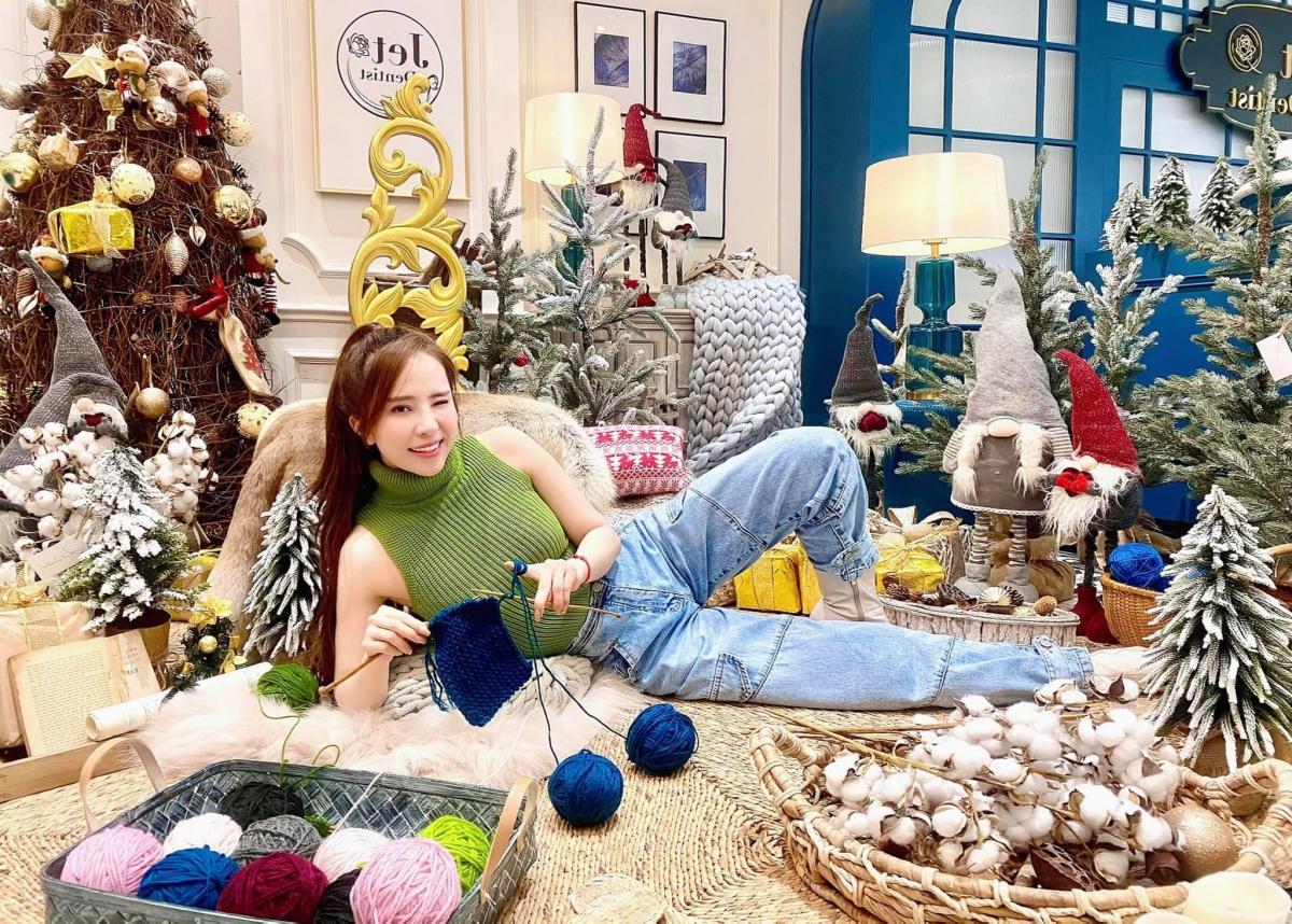 Quỳnh Nga xinh xắn, nghich ngơm trong không gian tràn đầy màu sắc Giáng sinh.
