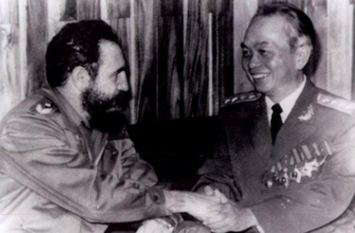 """Đại tướng Võ Nguyên Giáp bắt tay thân mật Chủ tịch Cuba Fidel Castro trong chuyến thăm Cuba năm 1976. Nguồn: Sách ảnh """"Đại tướng, Tổng tư lệnh Võ Nguyên Giáp""""."""