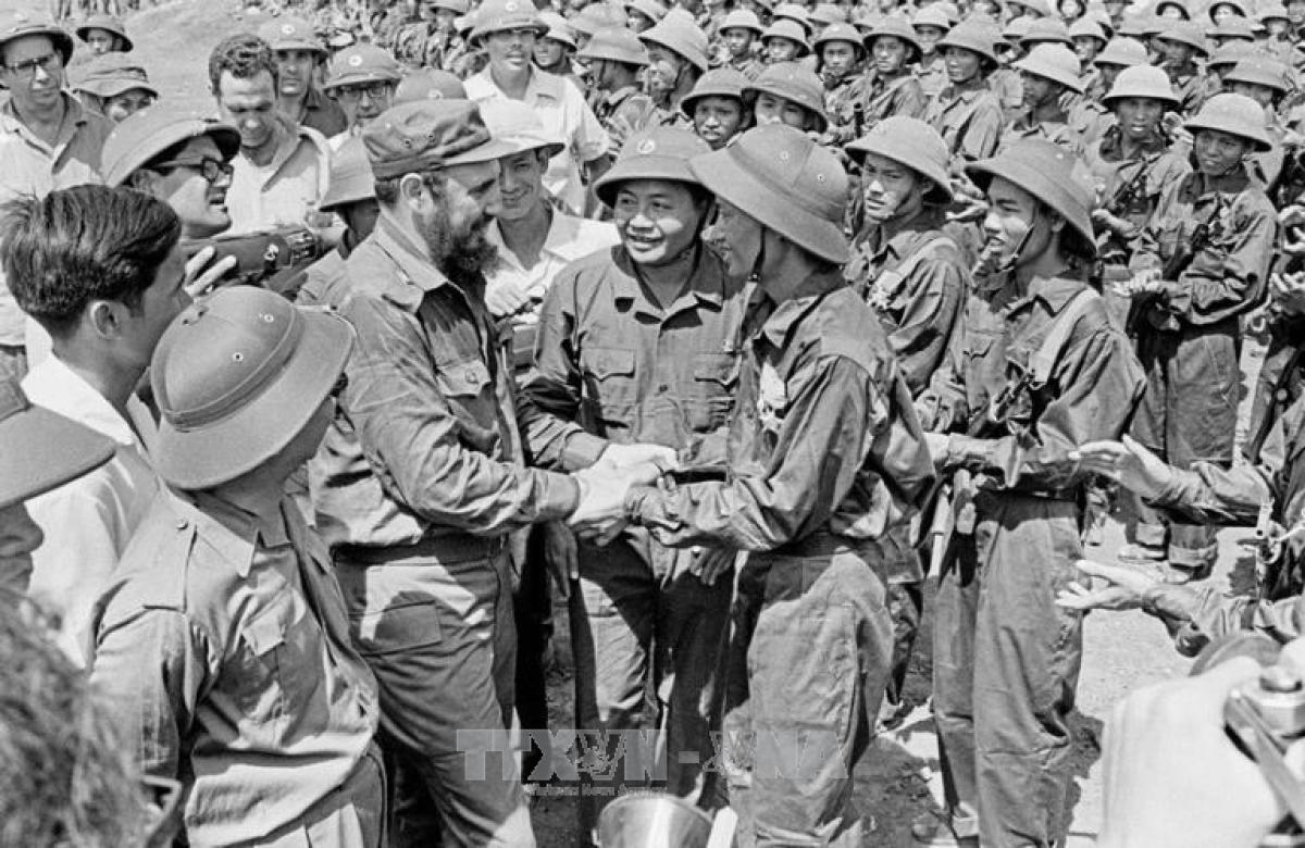 Fidel Castro là nguyên thủ nước ngoài đầu tiên và duy nhất đến thăm vùng mới giải phóng Quảng Trị. Ảnh: TTXVN