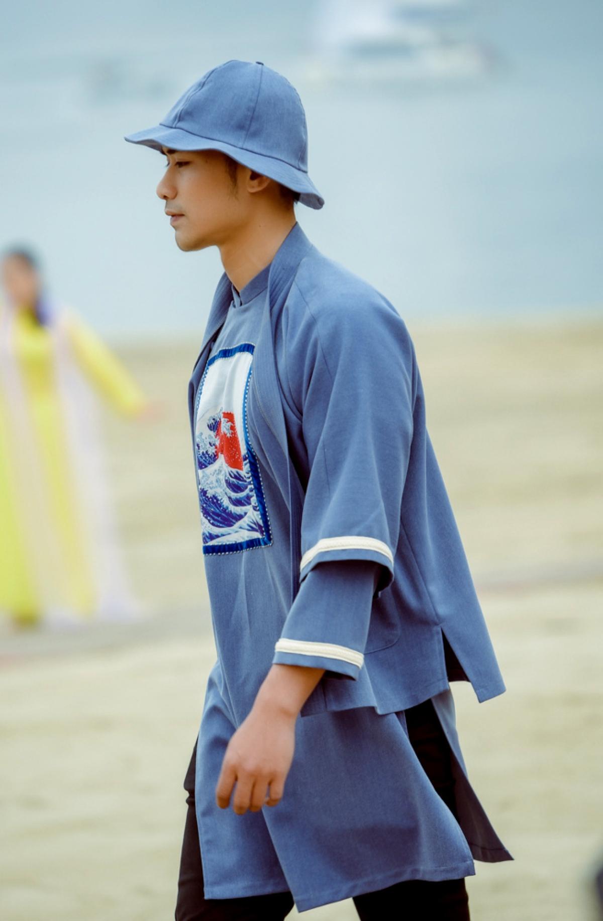 Bộ sưu tập được trình diễn ngay tại bờ biển vịnh Bái Tử Long với sàn catwalk hơn 100 mét.