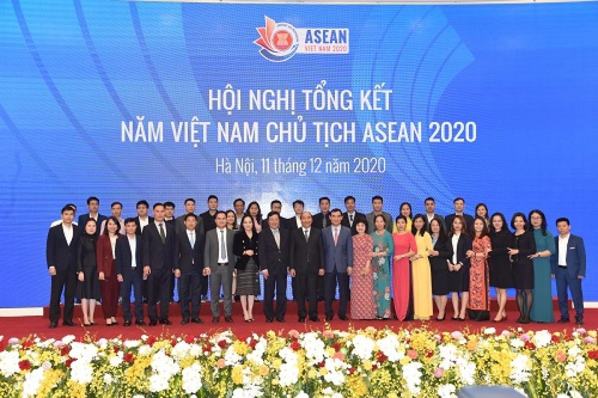 Thủ tướng và các cán bộ phục vụ ASEAN - Ảnh: VGP