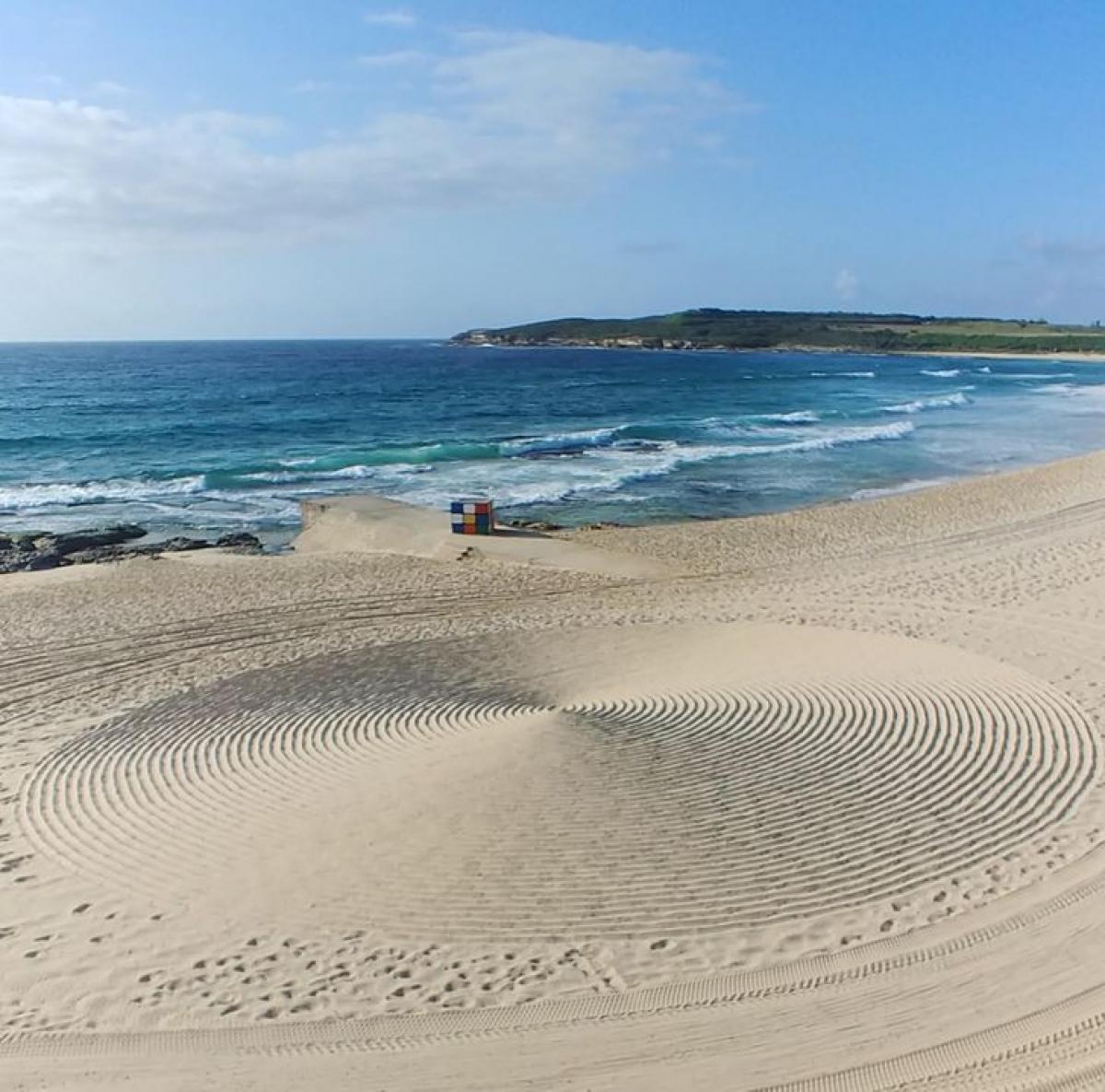Sự ngẫu nhiên của thiên nhiên khiến cho bãi cát này như có đĩa bay của người ngoài hành tinh vừa đáp xuống.