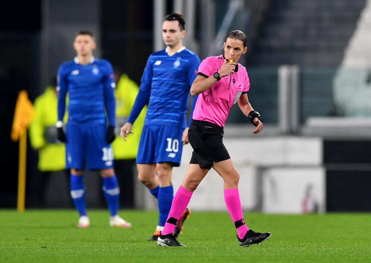 Bà Stephanie Frappart là nữ trọng tài đầu tiên điều khiển một trận đấu của các cầu thủ nam ở Champions League khi cầm còi trong cuộc đọ sức giữa Juventus và Dinamo Kyiv. (Ảnh: Getty)