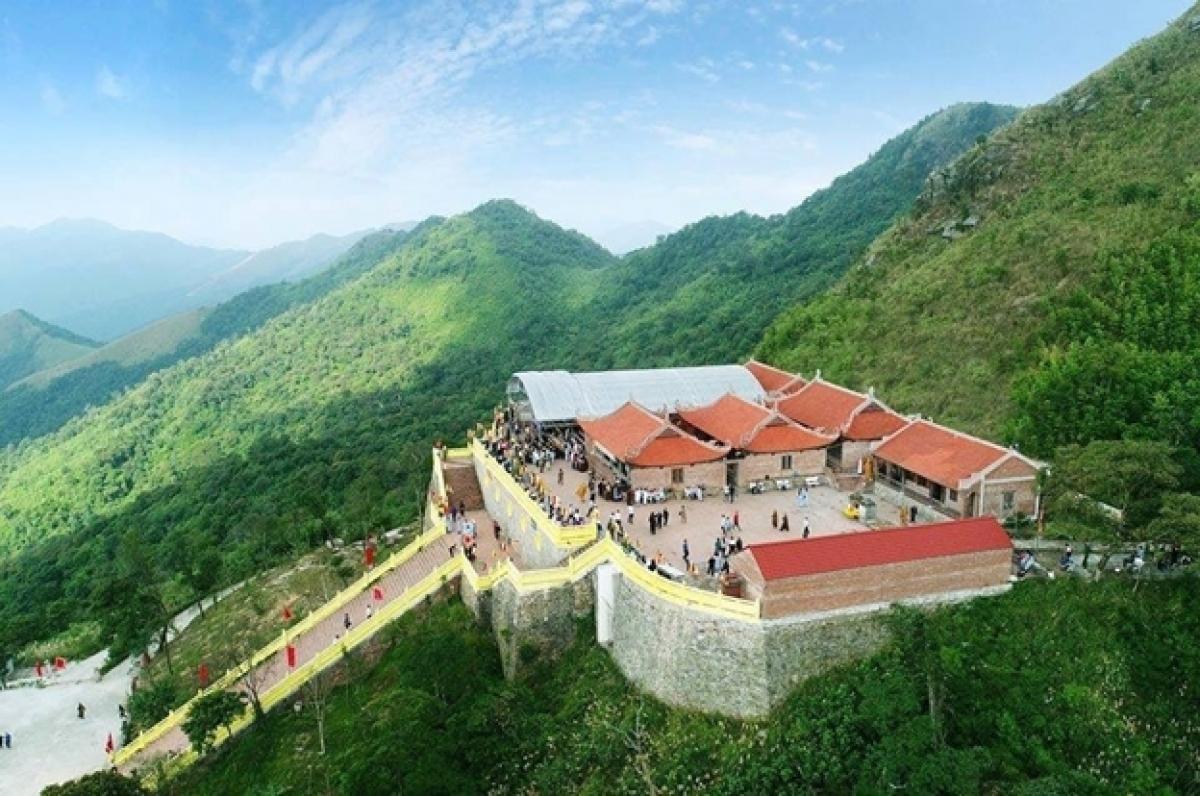 Chùa Ngọa Vân nằm ở vị trí trung tâm sườn phía Nam của núi Bảo Đài, ở độ cao trung bình 588m – 644m so với mặt nước biển, thuộc địa bàn xã An Sinh và Bình Khê, là một trong 14 điểm di tích thuộc Khu di tích lịch sử Quốc gia đặc biệt nhà Trần tại Đông Triều, Quảng Ninh.