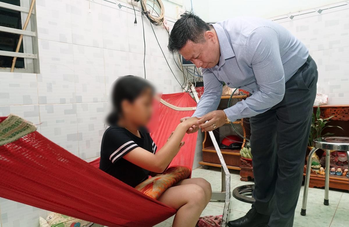 Chủ tịch UBND tỉnh Tây Ninh Nguyễn Thanh Ngọc đi thăm nữ sinh H.B.B.N. Ảnh: Đ.D