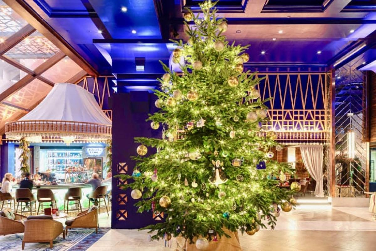 Cây thông Noel tại khách sạn Kempinski, gần Marbella (Tây Ban Nha) được đính kim cương, vàng 24 carat.