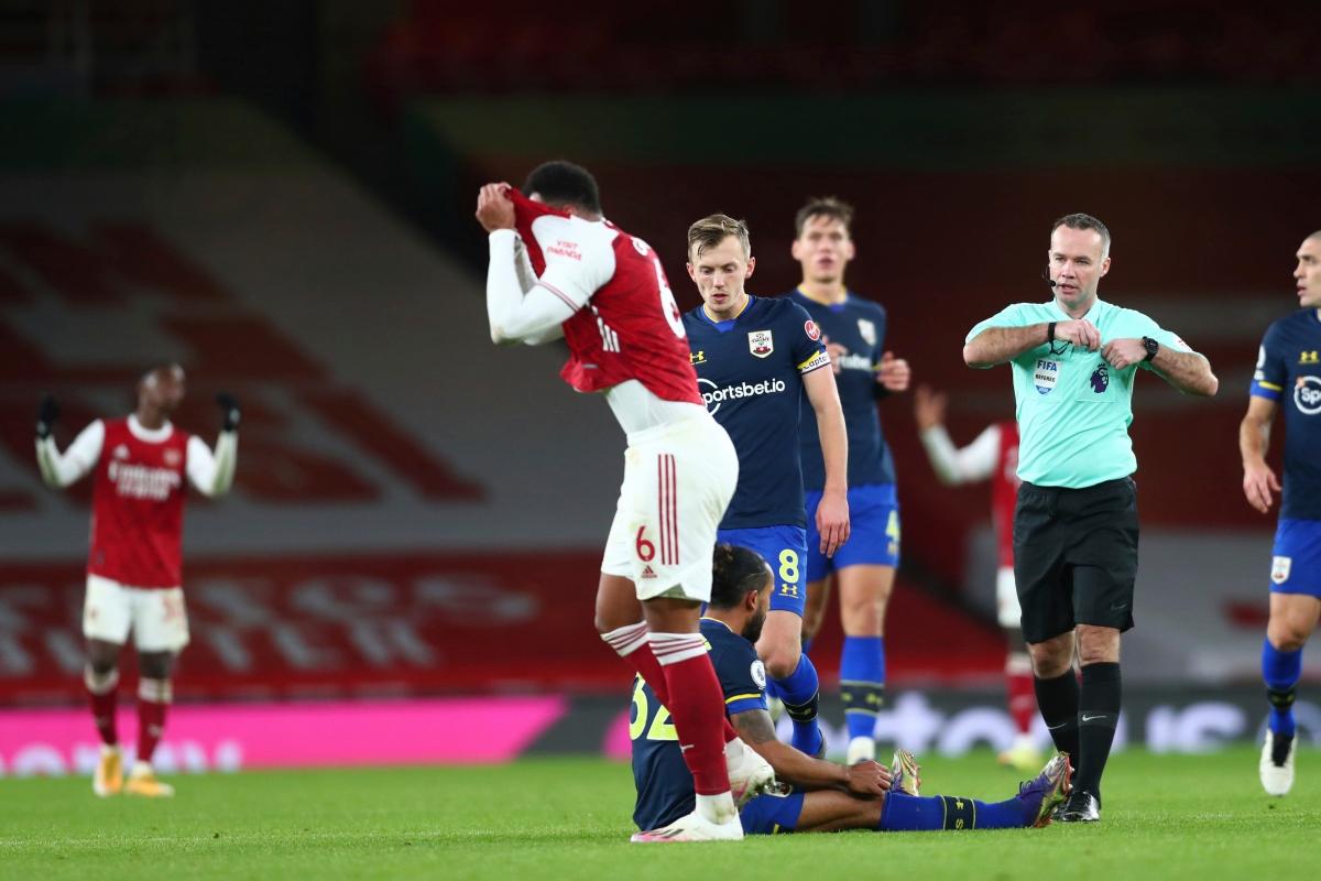 Trung vệ Gabriel nhận thẻ vàng thứ 2 và bị truất quyền thi đấu ở phút 62 trận gặp Southampton tại vòng 13 Premier League.