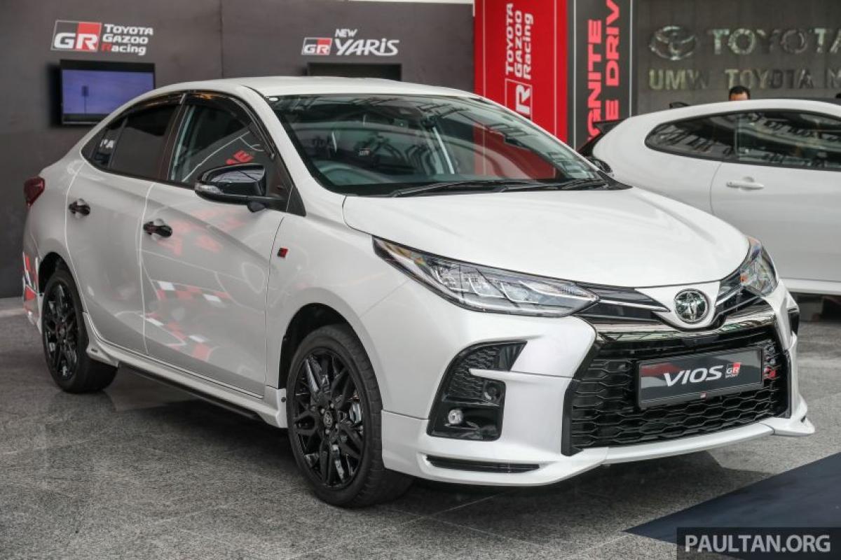 """Chiếc Vios GR-S này có ngoại hình """"dữ dằn"""" hơn chiếc xe GR Sport với những thay đổi về động cơ cũng như khung gầm và nội thất. Được phát triển tại Malaysia bởi UMW Toyota Motor (UMWT), Vios GR-S là phiên bảnđứng đầu dòng Vios với mức giá 97.500 RM (tương đương 558 triệu đồng) chưa bao gồm bảo hiểm (đã bao gồm thuế bán hàng)."""