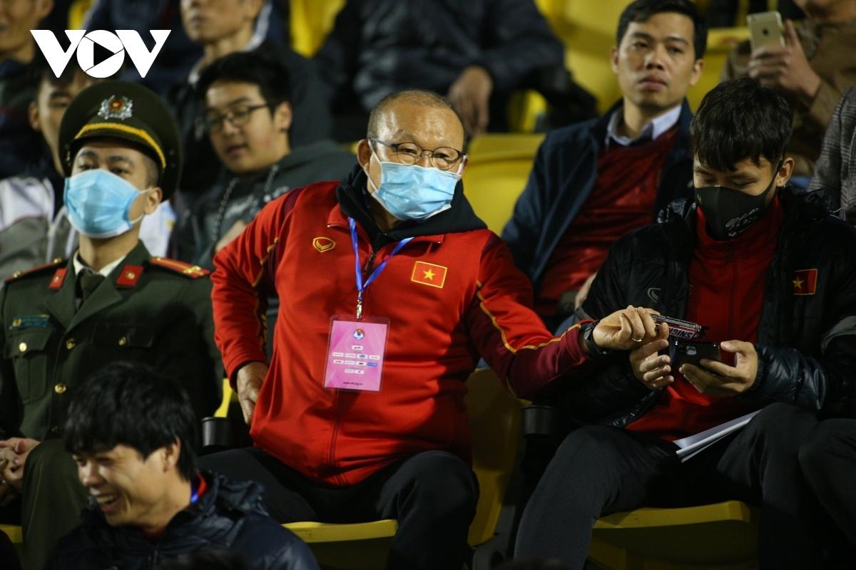 """Bước vào trận đấu giao hữu """"lượt đi"""" giữa ĐT Việt Nam và U22 Việt Nam, HLV Park Hang Seo ngồi trên khán đài để quan sát. Ông cũng bố trí nhiều cầu thủ chủ chốt của ĐT Việt Nam như Quế Ngọc Hải, Công Phượng không tham dự trận đấu này."""