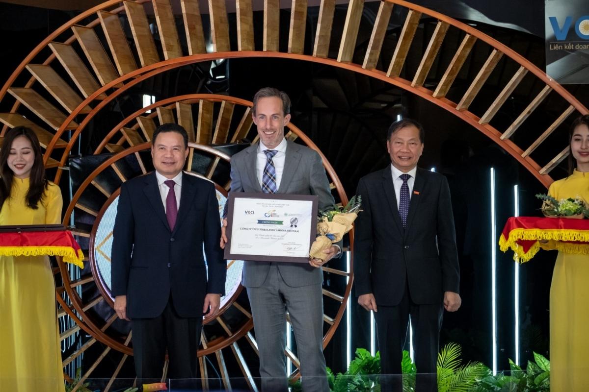 """Ông Berend van Wel,Tổng Giám đốc FrieslandCampina (nam, giữa) tự hào nhận Danh hiệu """"Doanh nghiệp bền vững của năm 2020""""."""