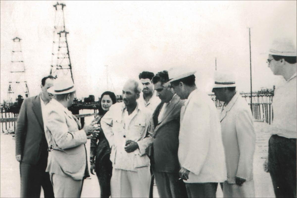 Bác Hồ thăm mỏ dầu ở sát bờ biển Baku (ảnh do Đại sứ quán Azerbaijan cung cấp).