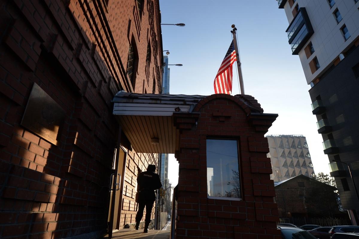 Quốc kỳ Mỹ tại lãnh sự quán ởYekaterinburg, Nga. Ảnh: AP.