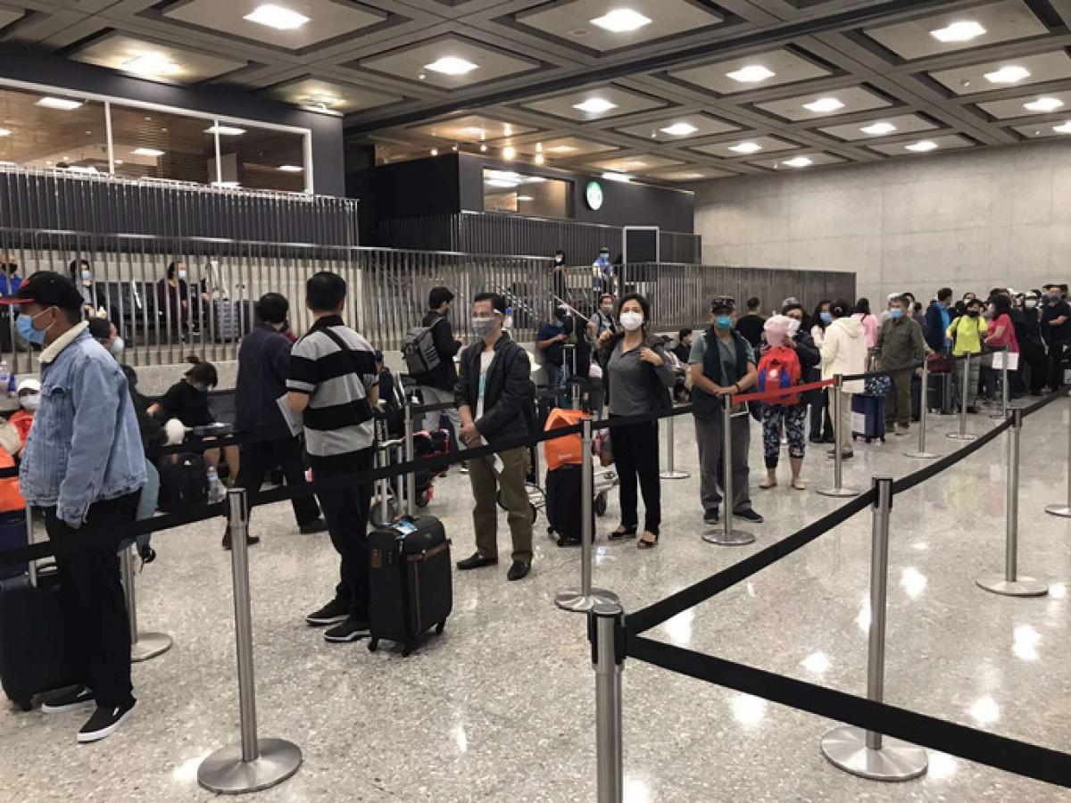 Hành khách xếp hàng làm thủ tục lên máy bay về nước. Ảnh: Đại sứ quán Việt Nam tại Mỹ cung cấp.